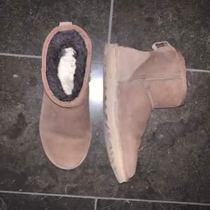 Nästan helt oanvända mörkbruna Uggs. Köpta på footway för ca 1-2 år sen. En liten fläck ibak som syns på bilden. Väldigt bra skick!