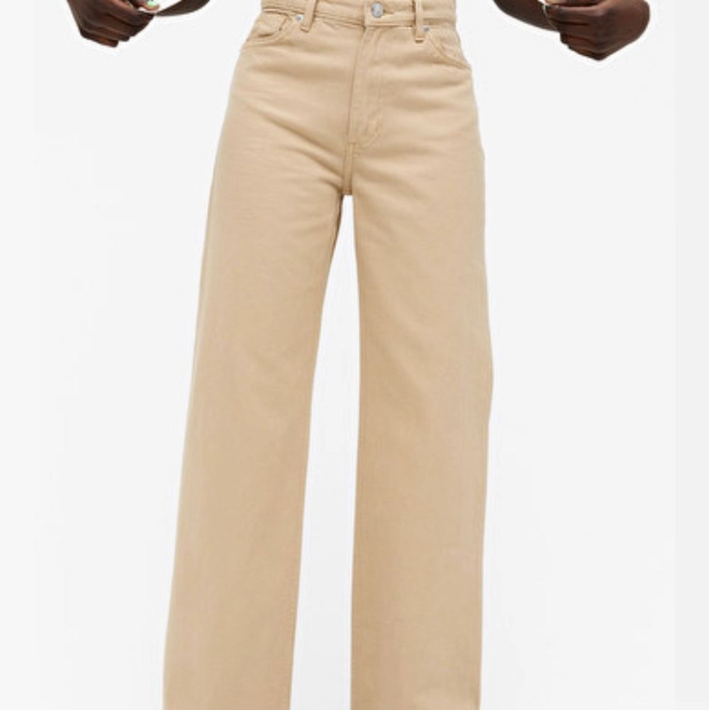 Säljer dessa sjukt snygga beiga jeans som är ifrån mobil❤️ använda 2-3 ggr så de är nästan som nya, har storlek 27 och brukar ha 36 elr S i jeans . Jeans & Byxor.