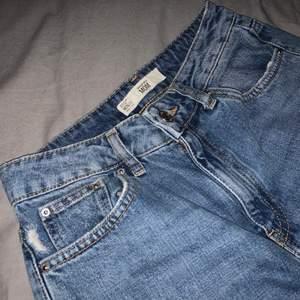 Mom jeans från topshop, ett par år gamla. W26 L32🥰 jag är 174 för referens.