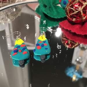 """Fina julgrans örhängen med äkta silver hänge. Fina att ha på julafton eller när det är nära jul. 90kr! 10kr går till """"rädda barnen""""."""