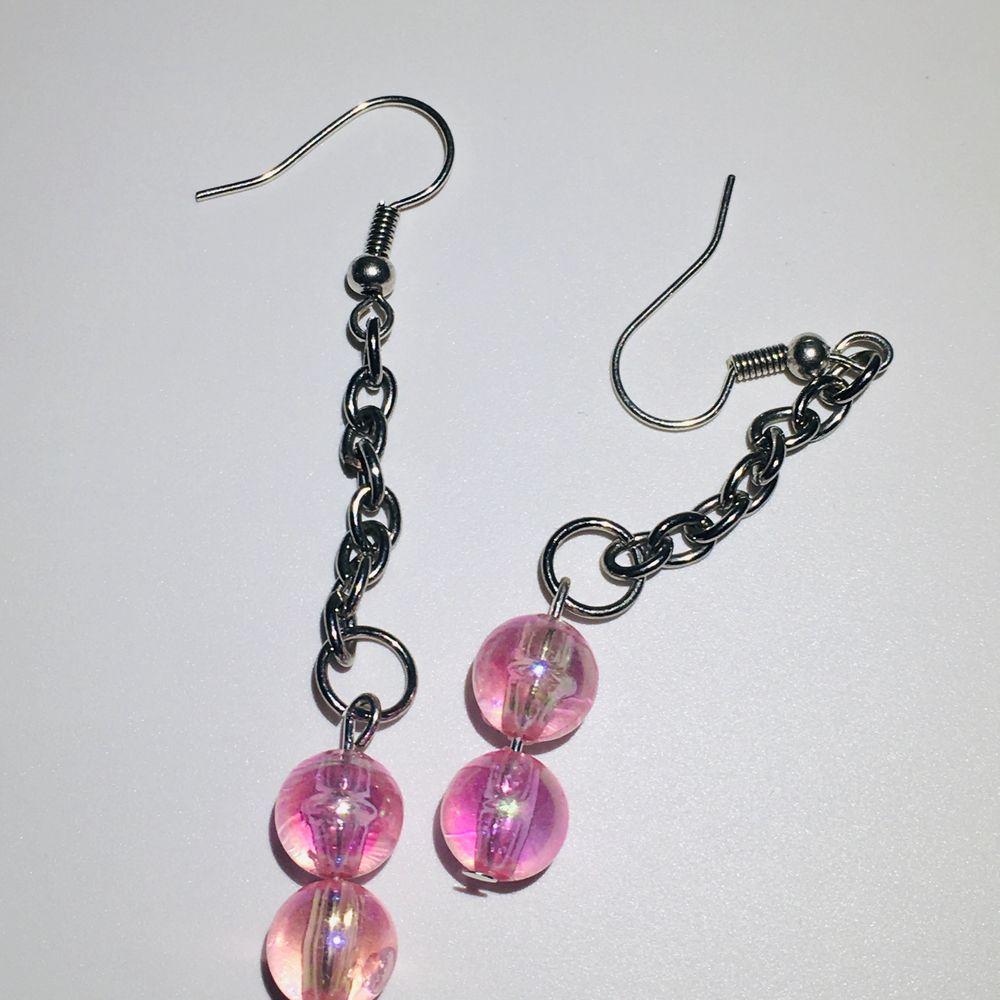 SÄKERHETSNÅLARNA SÅLDA fina örhängen med rosa pärlor på antingen en säkerhetsnål eller en kedja, det är möjligt att kombinera på något annat sätt om du skulle vilja det. örhängena är nickelfria och helt oanvända, rengörs också innan de skickas. 50kr + 11kr frakt eller 2 par från min sida för 100kr inkl frakt. om du är intresserad eller bara undrar något så är det bara att skriva💗💗. Accessoarer.