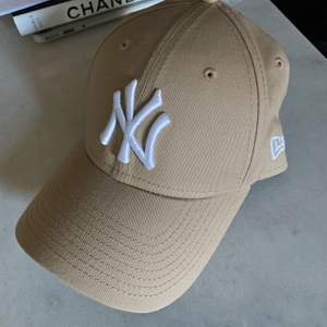 Beige New York Yankees-keps (märke: New Era) med justerbar storlek i nyskick (endast testad) Hämtas i Bromma, Stockholm eller skickas med Postnord (eventuell frakt betalas av köpare)