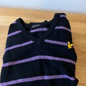 Tjock stickad randig lila tröja, mysig nu till vintern!!! Vintage från Lule & Scott, oversize