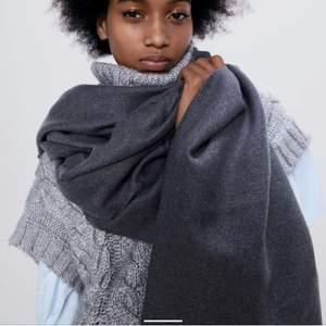 En mörkgrå halsduk från Zara i mycket stort tyg perfekt att ha när det är kallt. Observera att färgen är den korrekta på bild 1 + 2 bild tre är endast för passform inkl frakt 💘💘🙌🏼