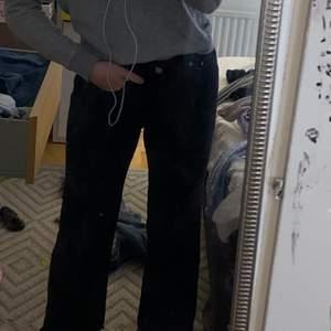 Säljer mina svarta jeans från lager 157. Dom sitter tajtare i midjan/ låren men uttsvämgda vid knä/vaden! Sitter skit snyggt på och man får fina former!