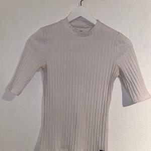 """Vit """"Ribbad"""" tröja från Hollister i storlek S. Väldig strechig och i bra skick."""