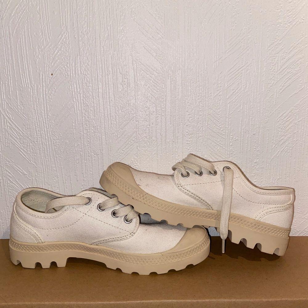 """Låga palladium skor i storlek 36. Aldrig använda, edast provade. Färg: vit åt det """"krämigare"""" hållet, alltså inte kritvitt.. Skor."""