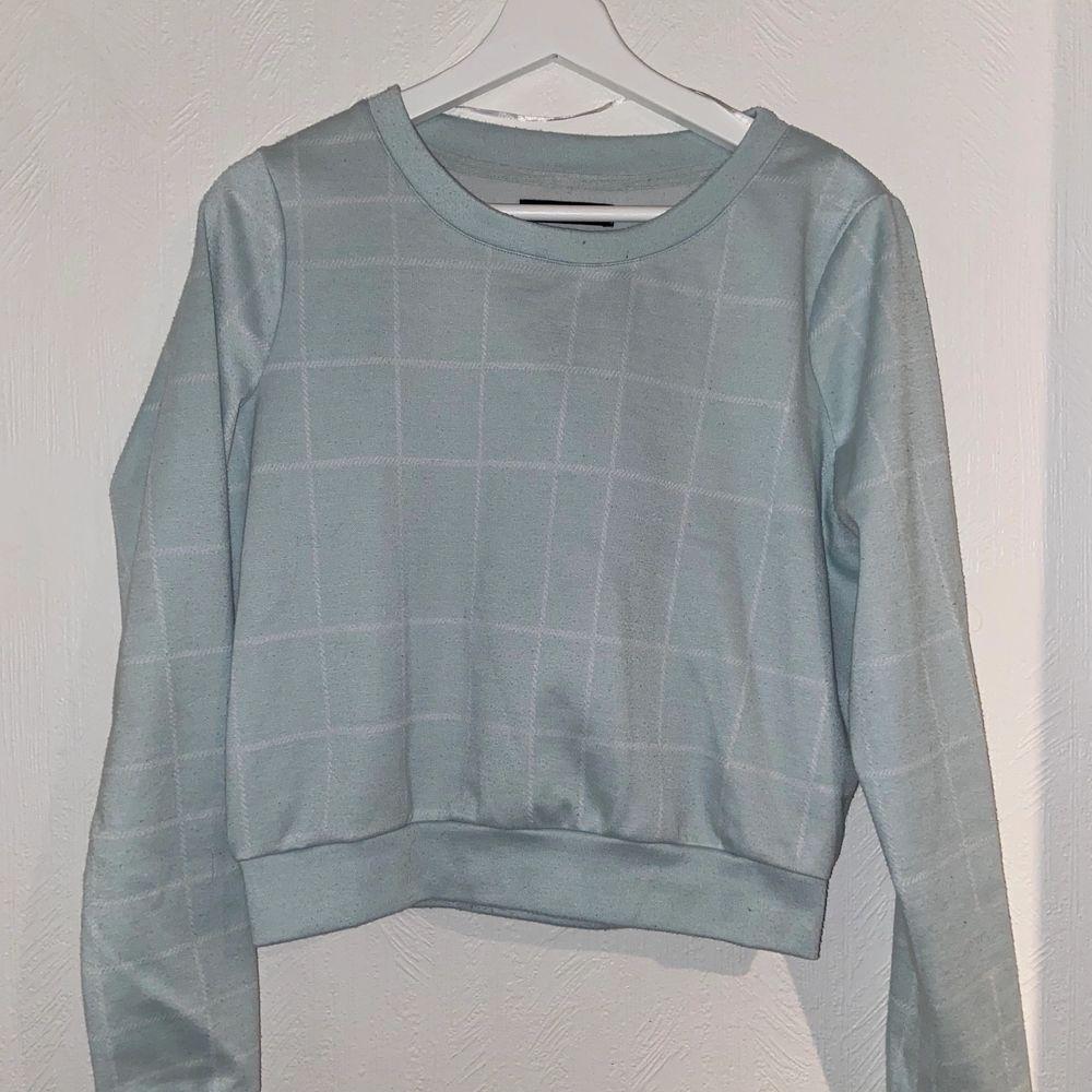 En supermysig tröja från VILA i storlek XS. Den är lite mer åt det ljusblåa hållet än det grå-aktiga hållet som syns på bilden. Bra skick.. Tröjor & Koftor.