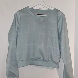 En supermysig tröja från VILA i storlek XS. Den är lite mer åt det ljusblåa hållet än det grå-aktiga hållet som syns på bilden. Bra skick.