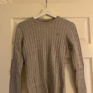 Kabelstickad grå tröja från Gant storlek Small, använt endast 1 gång så väldigt bra skick. Fraktkostnad tillkommer