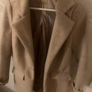 Säljer denna kappan från newyorker, fint skick, den är bra längd och går ungefär till knäna på mig. På insidan har sömmen spruckit men det är inget som stör. Köparen står för frakten! ✨