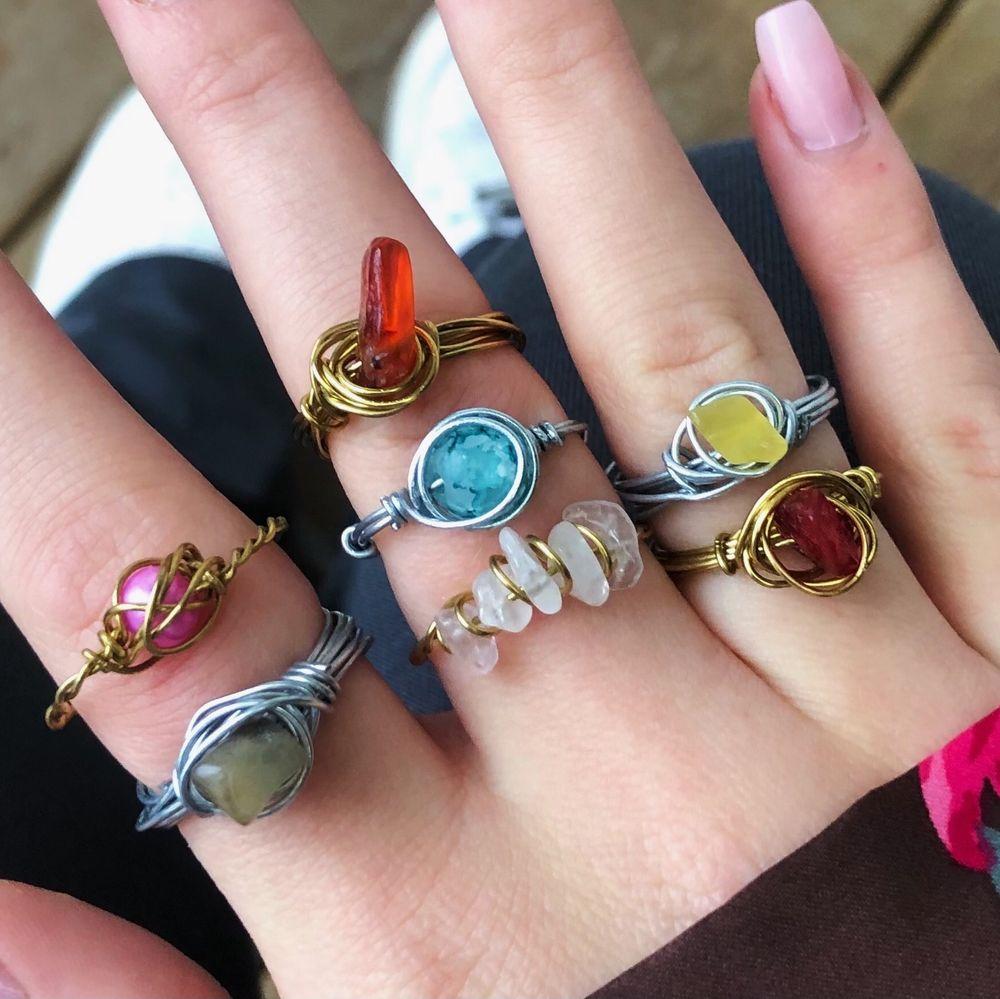 Egengjorda ringar i silver och guldfärg med stenar och pärlor⚡️ vissa ringar är justerbara och vissa väljer man storlek S/M/L. Frakt 11kr oavsett hur många du köper! Jag gör ringarna ut efter hur du vill ha dem🦎 30kr/st. Accessoarer.