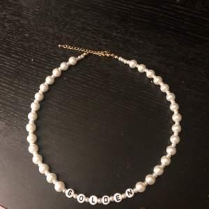 Harry styles insperat halsband med vaxade glaspärlor och 18k guldpläterat lås. Perfekt julklapp till ett harry styles fan!