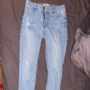 Snygga ljusblå jeans från LINDEX. Sitter superbra på. Frakt tillkommer