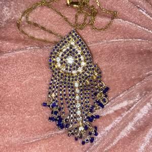 Säljer mitt fina halsband i guldfärg med blåa och vita diamanter. Möjligt med prutning!💕
