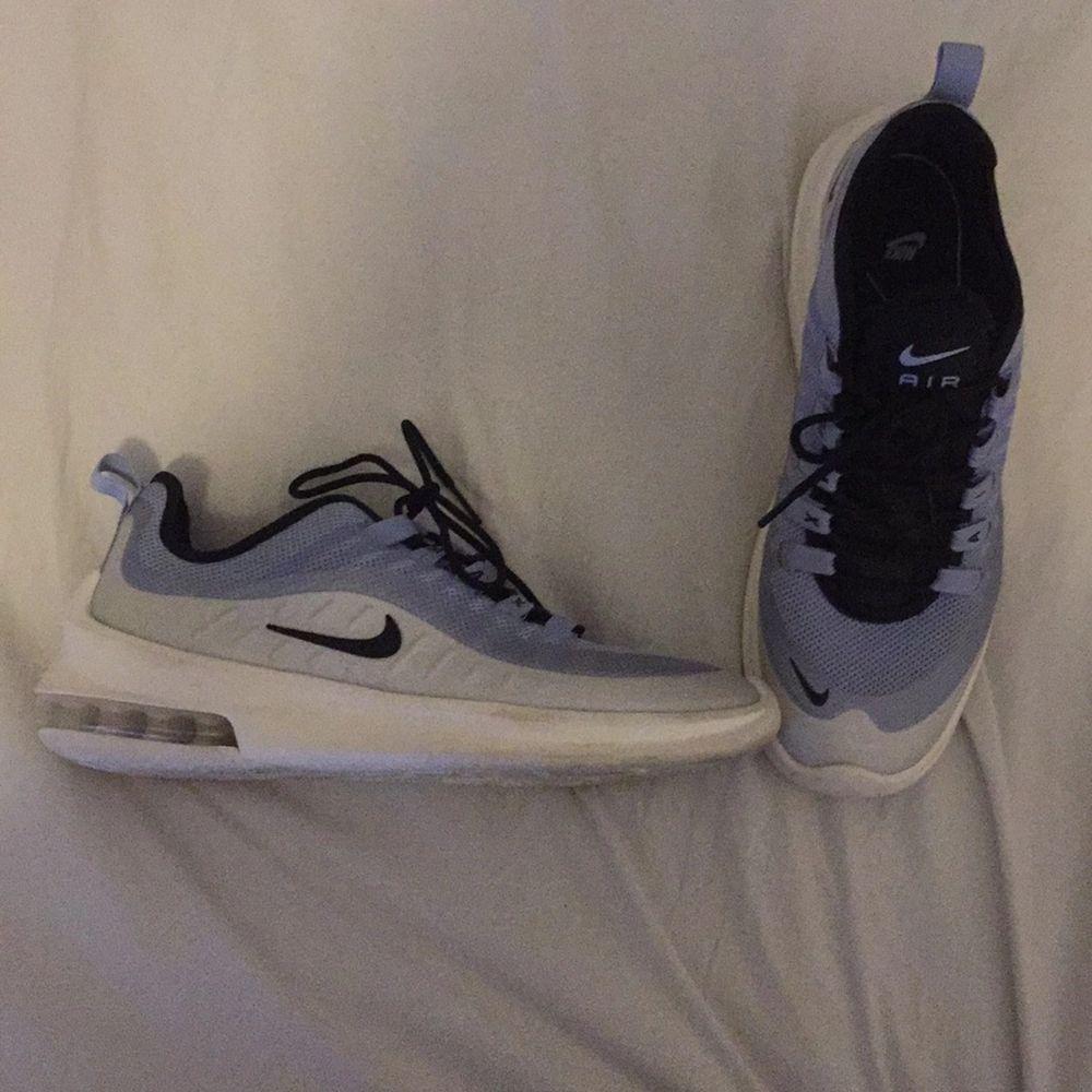 Säljer dessa Nike skor eftersom de inte passar i storlek längre. Köpte dem på stadium för 1199kr. De är stl 40 men är små i storleken så därför lägger jag upp dem som stl 39. Har använt dem som inomhus skor, men även utomhus ca 5 gånger så de är i bra skick. . Skor.
