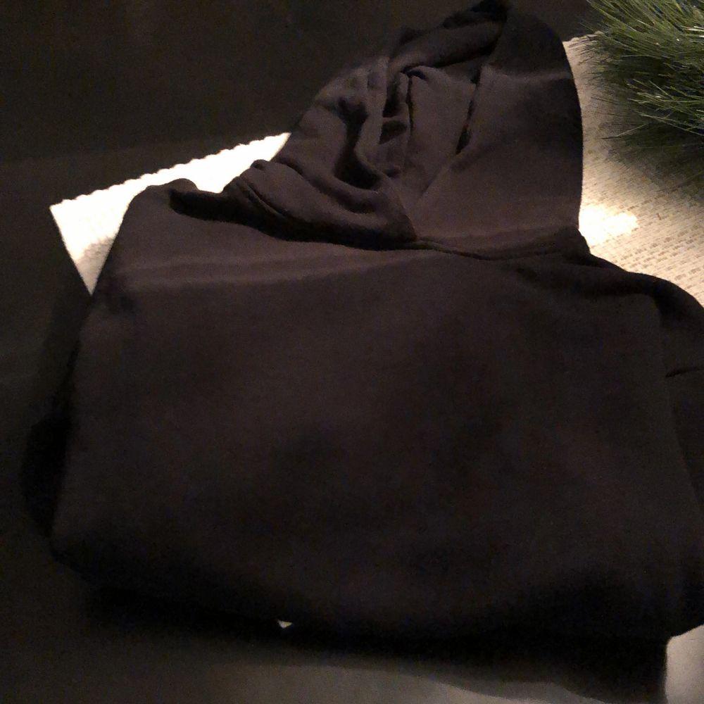 En helt vanlig svart hoodie i storlek S/M. Tröjor & Koftor.