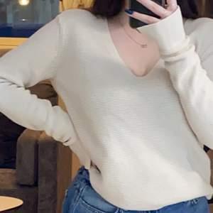 Stickad tröja från hm. Storlek S men skulle säga att den är mer som en M. Mitt pris är 60kr + eventuell frakt, priset kan diskuteras ✨