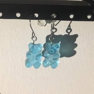 Säljer dessa blåa Björn örhängen aldrig använda, pris kan diskuteras frakt ingår