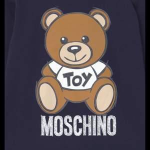 Marinblå moschino tröja i strl M och bra skick. Säljs för 200+frakt🤍