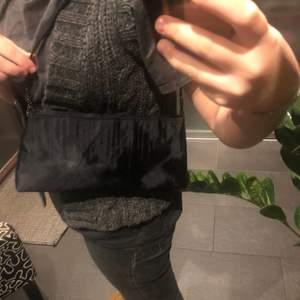 Säljer nu denna snygga väska!! Den är knappt använd och jag köpte den på en liten butik i London, minns inte heller priset! Den har ett litet randigt mönster på framsidan och den rymmer mycket för att vara så smal😎❤️