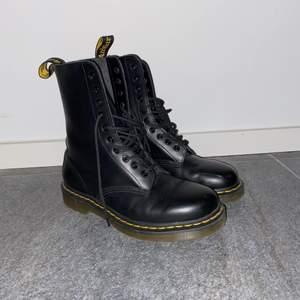 Svarta Dr. Martens 1490 Smooth leather high boots. Använda Ca.3 gånger. Nypris ~ 2000kr. Köparen står för frakt. Fraktpris kan ändras.