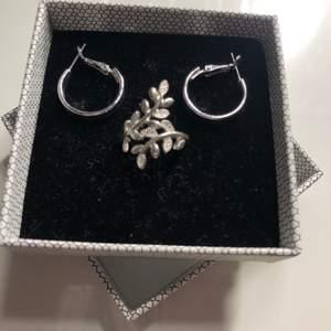 Säljer nu dessa fina örhängen (OBS ringen är såld) ☺️Man kan köpa de separat, både silver och de guldiga örhängena säljer jag för 40kr styck, den stora ringen säljer jag för 30kr och den mindre ringen säljer jag för 20kr båda ringarna är i stl XS/S. Kontakta mig vid intresse🥰