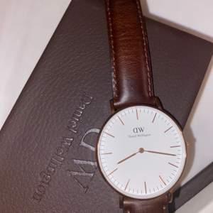 Säljer min Daniel Wellington klocka då den tyvärr inte kommer till användning, nypriset ligger på 1699 och klockan är så gott som ny (läderarmbandet är helt oanvänt, endast testat!)❤️ Det rosa klockarmbandet följer med om du vill ha det, skriv för frågor eller fler bilder!💓💓 ¡¡¡kom gärna med egna bud eller prisförslag!!!