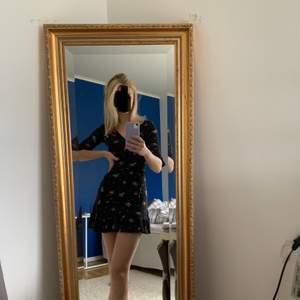 Super fin och gullig klänning från nobody's child. Säljer den för att jag aldrig har användt den tyvärr:/ Är en XS men den passar också en S då den är väldigt stretchig Frakten (42kr) ingår i priset😍