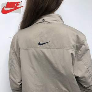 Clean och vintage jacka från Nike! Skön beige färg och fodrad💗