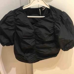 Svart puffig t-shirt från H&M Passar bra till både fest och vardag