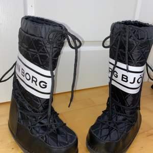 Snygga knappt använda skor från Björn Borg! Bra kvalitet! Det är storlek 40-41 men små i storleken. Jag som brukar ha 39 passar i dom! Kan gå ner i pris vid snabb afärr😊