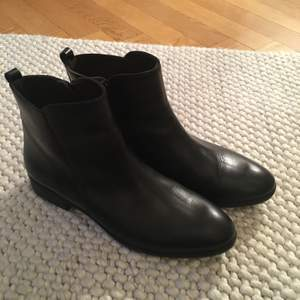 Säljer mina ursnygga boots som tyvärr är lite små för mig, typ helt oanvända därav priset. Svarta helt i äkta skinn utifrån och in. Storlek 38 och är normala i storleken, dock lite smala i passformen så det är bra om du inte har för breda fötter. Inköpta utomlands i skobutik, av märket Gody shoes. Frakt tillkommer om du vill att jag ska skicka!