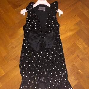 En super fin glittrig klänning från Giambattista Valli x H&M. Storlek är 40! Klänningen är aldrig använd och kommer med prislapp