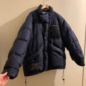 Vinter jacka ifrån Helly Hansen skitsnygg, stor och varm. Den är mörkblå och i storlek L jag har storlek s skulle säga att den passar de flesta storlekarna beroende på hur man vill att jackan ska sitta. Den har många rymliga fickor💞