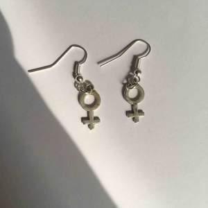 Egentillverkade örhängen med venustecken/kvinnotecken. 30 kr och frakt 9 kr.