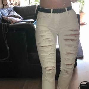 Vita ripped jeans från American Eagle. Knappt använda. Frakt 66kr