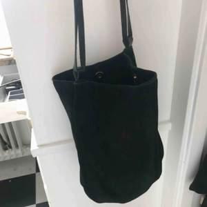 Jättefin svart väska i mocka från mint & berry använd fåtal gånger, nyskick!