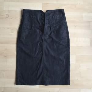 pennkjol i jeans! dragkedja och knappar framtill👠💼
