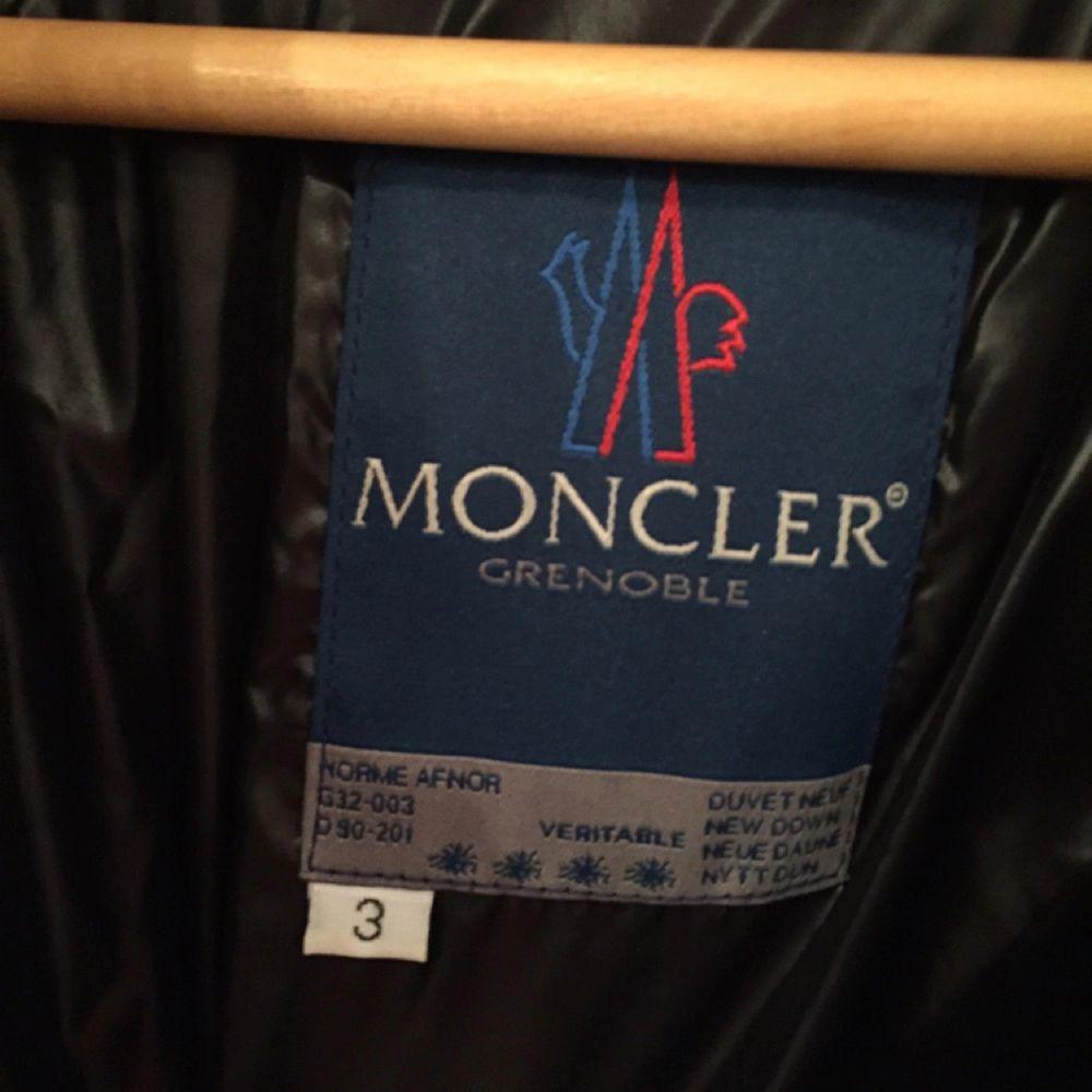 Moncler, svart. Använd 1 gång, hängt i garderoben sen dess. Utmärkt skick således. Modell fr -90talet. Betalas med swish. Kan skickas om du bor utanför Sthlm. Porto tillkommer. . Jackor.
