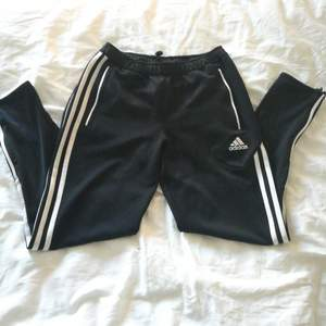 Adidas byxa/leggings, vet ej vad det är för storlek men storleken är S. Köpta här på plick men den passade inte mig. Super snygga med dragkedjor längst benslut, tighta.