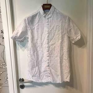 Snygg kortärmad skjorta från Jack & Jones, gott skick.   Köparen står för frakt och betalning sker på swish