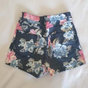 Snygga shorts med blommigt mönster. Fina detaljer och supersköna! Fraktas naturligtvis🌸