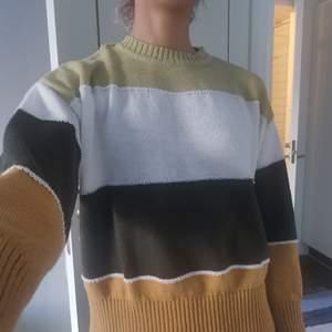 Mysig stickad tröja som knappt har använts bara ett fåtal gånger. Är i gott skick med inga bristningar.