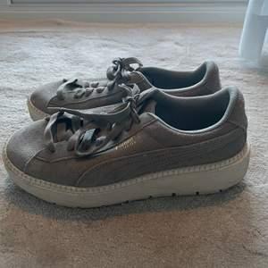Jättesnygga puma skor med hög sula:)☺️ är i väldigt bra skick!!! Skriv för mer info🥰 300+ frakt💕💕