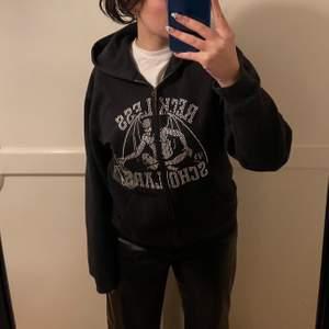 """Lägger ut igen pågrund av oseriös köpare! Säljer denna reckless scholar hoodien i Paris edition som endast gick att köpa i deras Paris pop up! Det som skiljer sig från den vanliga är att det är en text på ärmen och en """"Paris edition"""" stämpel på framsidan. Inga flaws endast en rinestone som fattas! 🤎 KOM MED BUD!"""