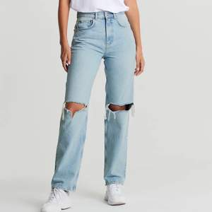 Säljer dessa jättefina jeans från GinaTricot, som tyvärr aldrig kommer till användning längre. Storlek 34, 200 kr + frakt, om fler är intresserade blir det budgivning 💕 HÖGSTA BUD 350kr