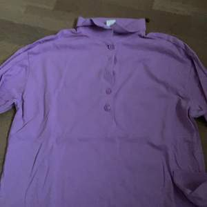 Fin monki tröja som är i en fin lila färg