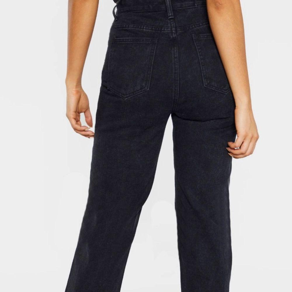 """Jeansen är från hemsidan Prettylittlethings modellen är """"tall black split hem jeans"""" (går att hitta fortfarande). Jeansen är raka i modellen med en slits på sidan längst ner. Storlek: uk 8 ( ca 36 ). Har prislapp kvar går att se på bild 3 säljer för att de var för små och kostar att skicka tillbaka.  Köpta för 30£= ca 350kr ( köparen står för frakt ) PRIS KAN DISKUTERAS VID SNABB OCH SERIÖS AFFÄR . Jeans & Byxor."""