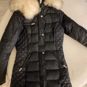 Rock and blue jacka med äkta päls! Storlek 34 Använd 1 vinter DM för mer info!💕
